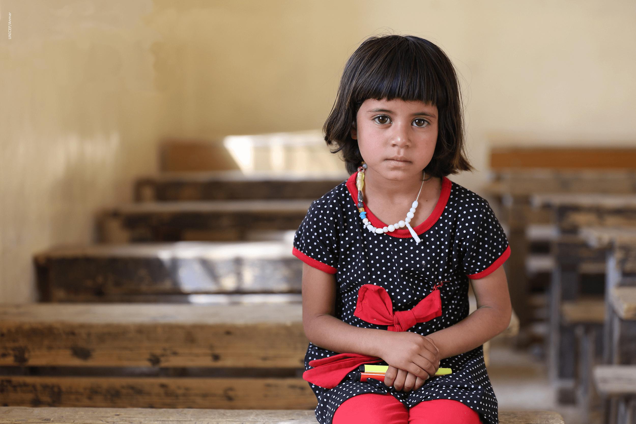 niña sentada en la escuela
