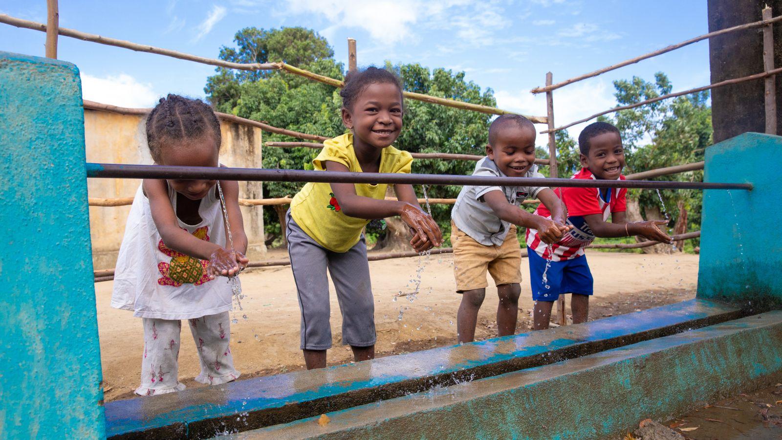children-washing-hands